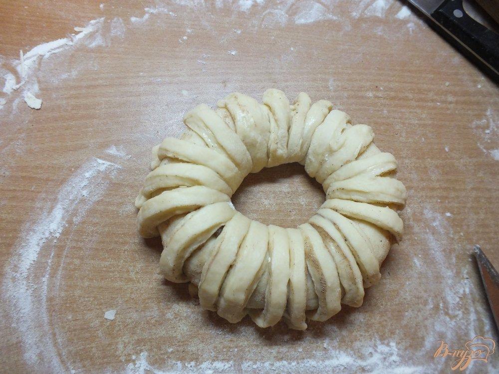 Фото приготовление рецепта: Каравай с орехами, изюмом и корицей шаг №9