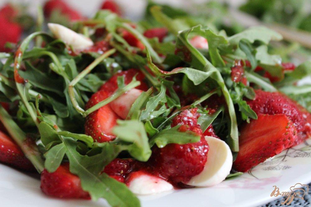 Фото приготовление рецепта: Салат с рукколой, клубникой и моцареллой шаг №5