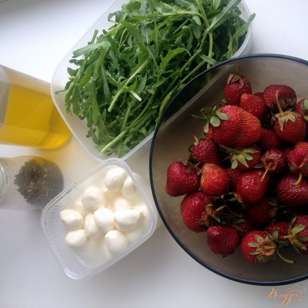 Фото приготовление рецепта: Салат с рукколой, клубникой и моцареллой шаг №1
