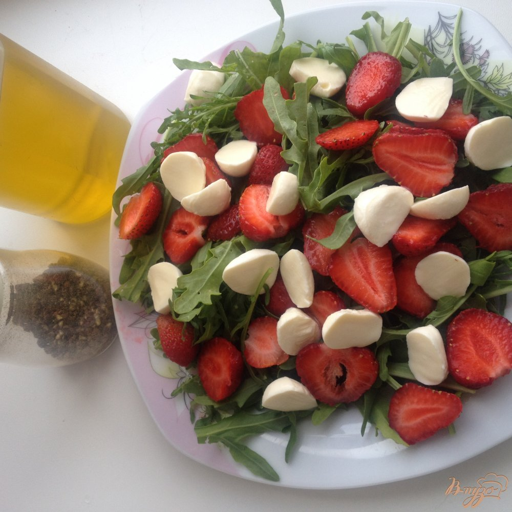 Фото приготовление рецепта: Салат с рукколой, клубникой и моцареллой шаг №3