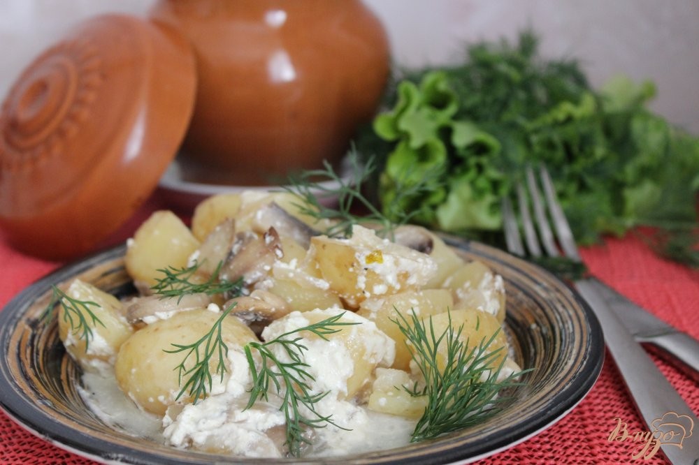 Фото приготовление рецепта: Молодой картофель с грибами в сметане шаг №7