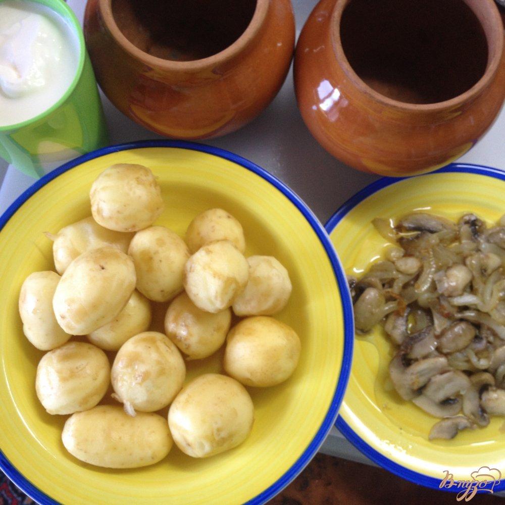 Фото приготовление рецепта: Молодой картофель с грибами в сметане шаг №5