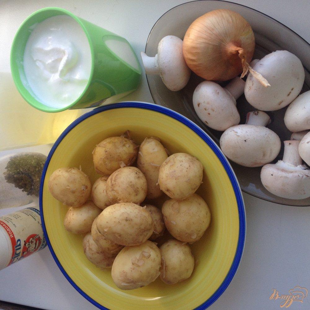 Фото приготовление рецепта: Молодой картофель с грибами в сметане шаг №1