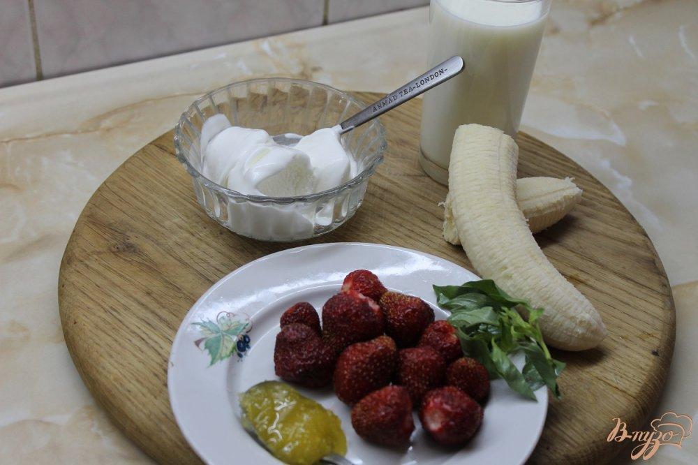 Фото приготовление рецепта: Клубничный милк - шейк с бананом и базиликом шаг №1