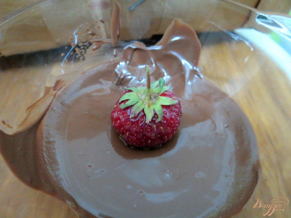 Фото приготовление рецепта: Клубника в шоколаде с миндальными лепестками шаг №3