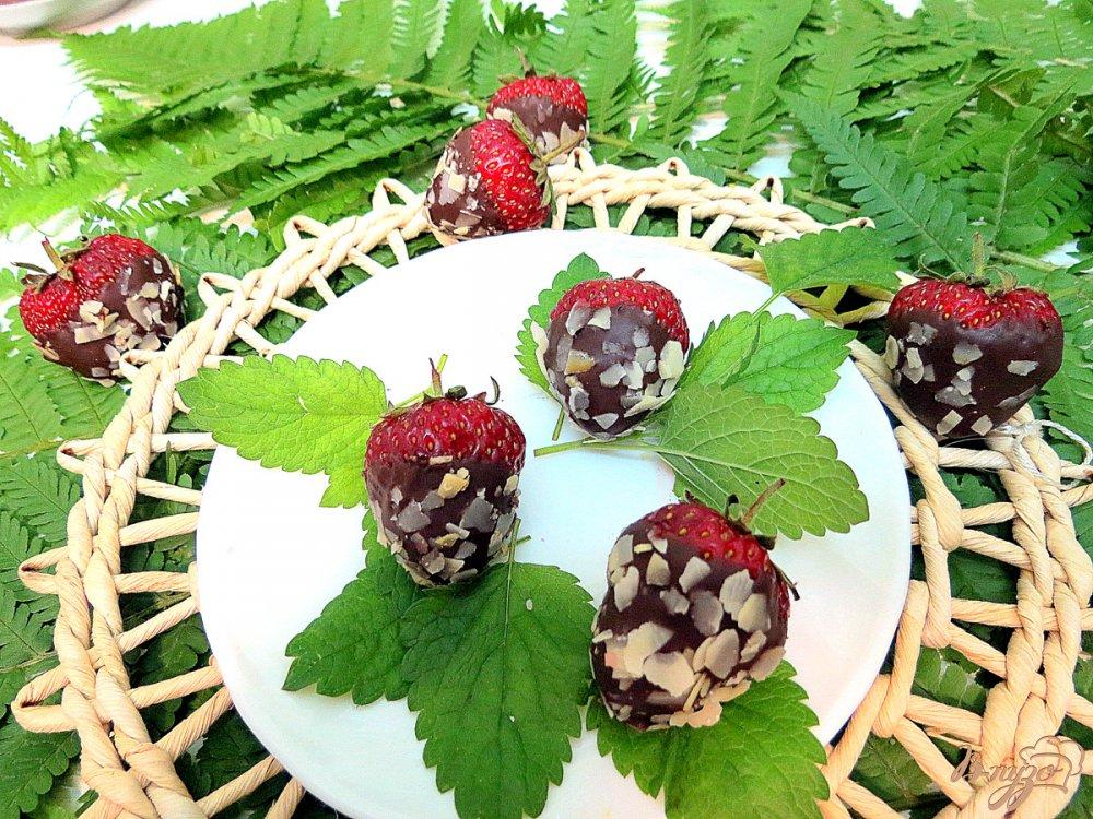 Фото приготовление рецепта: Клубника в шоколаде с миндальными лепестками шаг №6