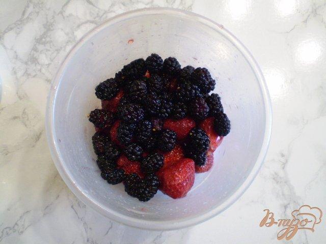 Фото приготовление рецепта: Клубничный смузи с шелковицей шаг №3