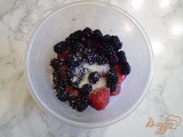 Фото приготовление рецепта: Клубничный смузи с шелковицей шаг №4