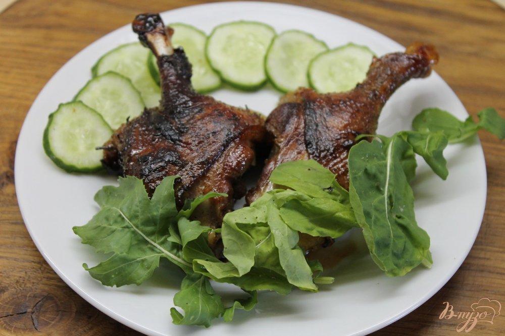 Фото приготовление рецепта: Утиные ножки обжаренные с медом и соевым соусом шаг №5