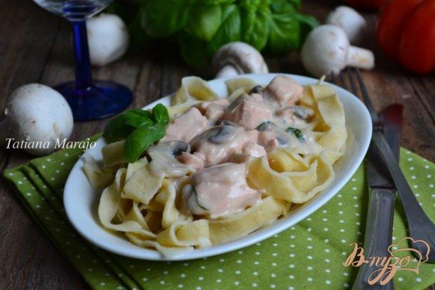 фото рецепта: Домашняя паста с соусом из рыбы с шампиньонами