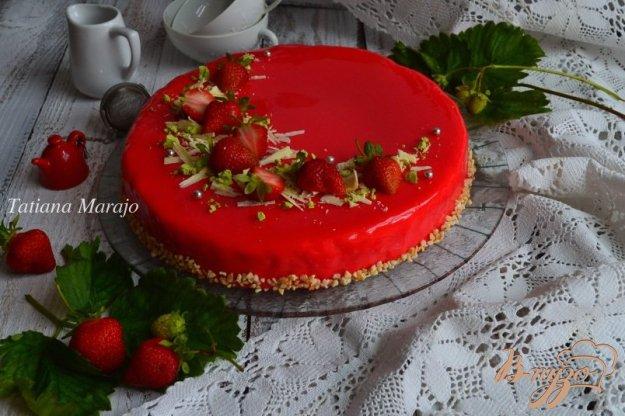 фото рецепта: Сливочно-клубничный торт с зеркальной глазурью
