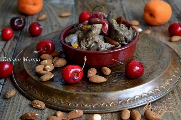 фото рецепта: Куриная печень с черешней, миндалем и абрикосами