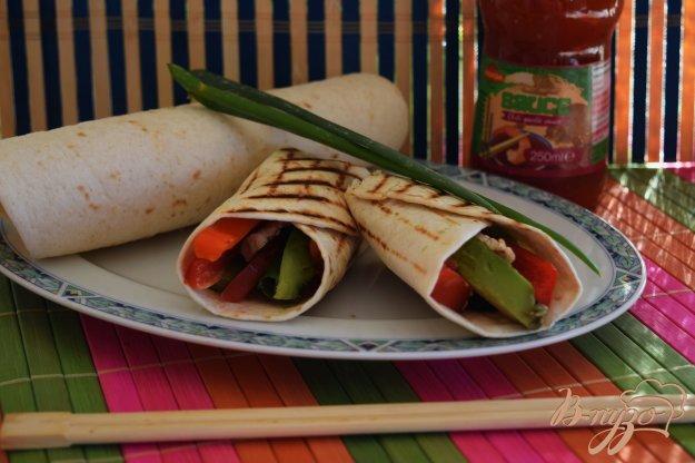 фото рецепта: Закусочные роллы с курицей и авокадо