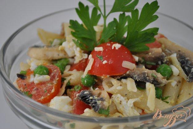 фото рецепта: Салат с макаронами и сырыми шампиньонами