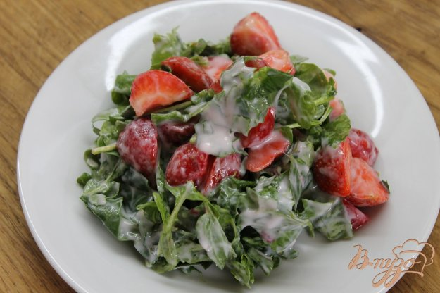 фото рецепта: Салат клубничный с мятой и йогуртом