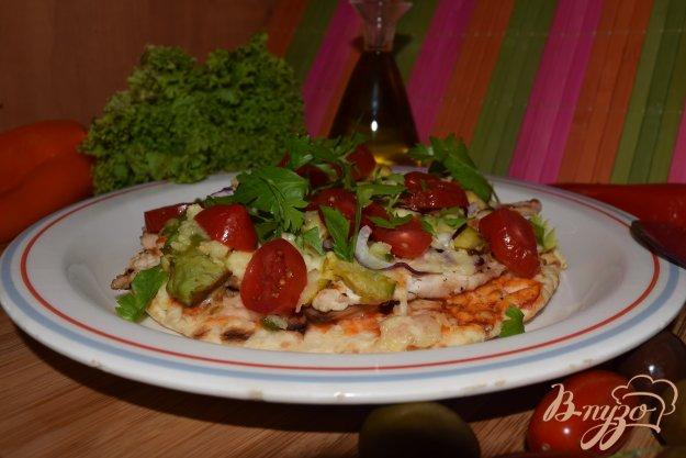 фото рецепта: Пицца с курицей и авокадо