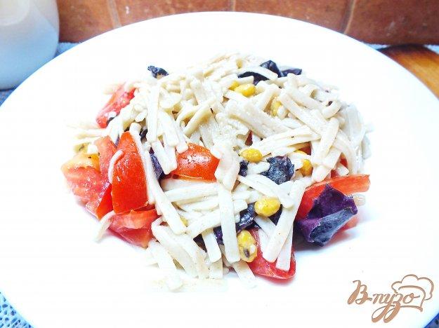 фото рецепта: Салат из макарон с помидорами и соевыми бобами