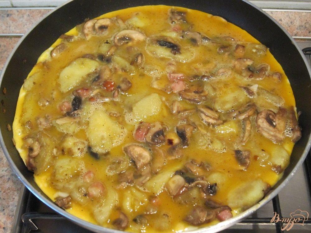 Фото приготовление рецепта: Тортилья с грибами и картофелем шаг №8