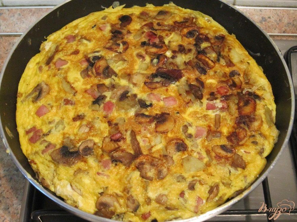 Фото приготовление рецепта: Тортилья с грибами и картофелем шаг №9
