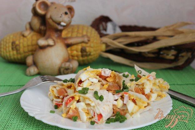 фото рецепта: Рулет из лаваша с лососем и крабовыми палочками