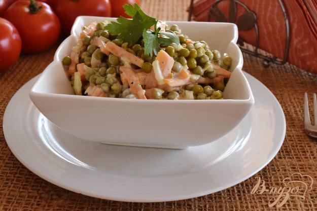 фото рецепта: Салат с морковью и консервированным горошком