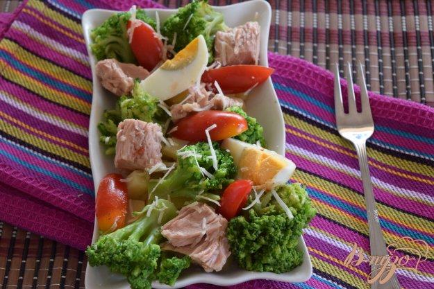 фото рецепта: Салат с брокколи и тунцом