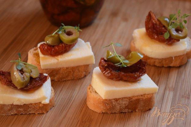фото рецепта: Канапе с вялеными помидорами, моцареллой и оливками