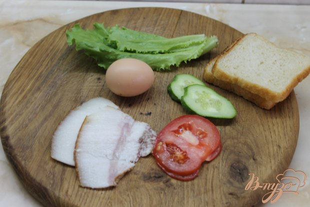 Тост с жаренным беконом и яичницей глазуньей
