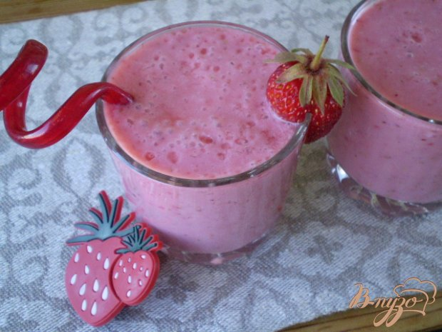 Молочный коктейль с клубникой и ванилью