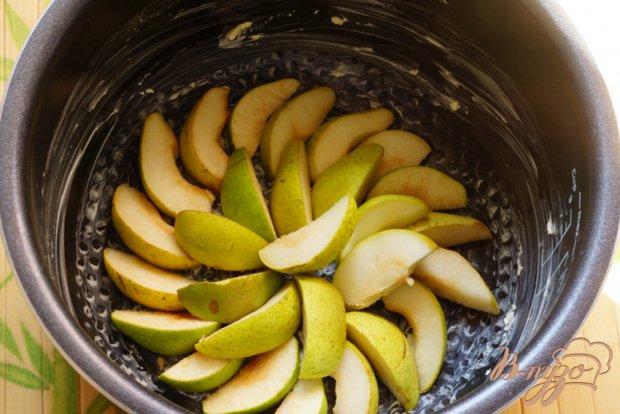 Нежный пудинг с грушами и ягодами в мультиварке