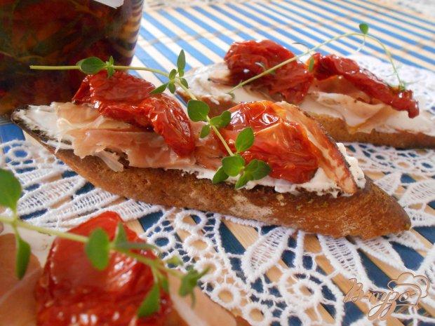 Кростини с прошутто и вялеными помидорами