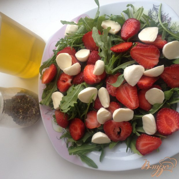 Салат с рукколой, клубникой и моцареллой