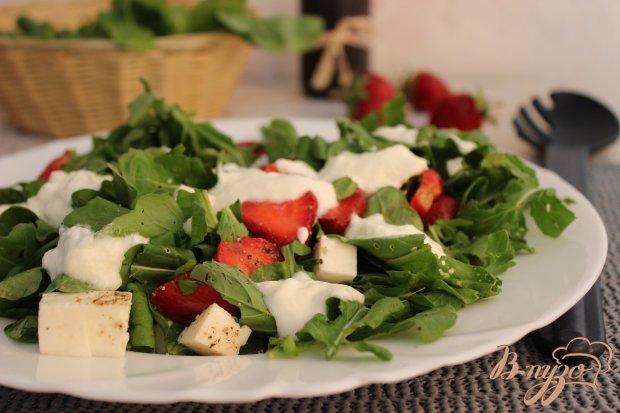 Салат с клубникой  рукколой и сыром фета