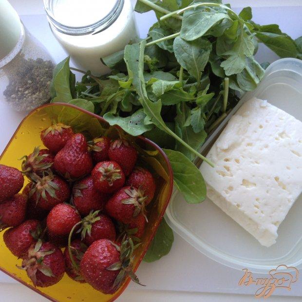 Рецепт Салат с клубникой рукколой и сыром фета