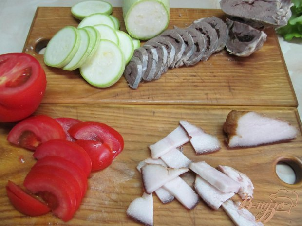 Салат из сердца помидора кабачка под грибным соусом