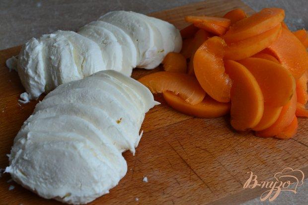 Салат с моцареллой, абрикосами и креветками