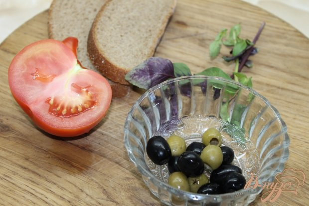 Брускетта с помидорами и оливками с базиликом