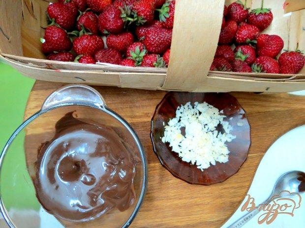 Рецепт Клубника в шоколаде с миндальными лепестками