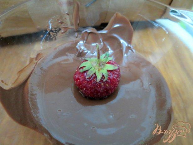 Клубника в шоколаде с миндальными лепестками