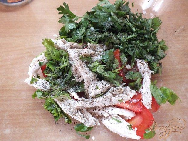 Мясной салат с кинзой и помидорами
