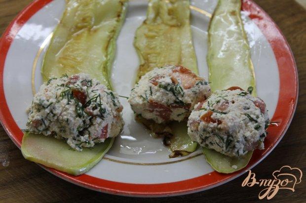 Кабачковые роллы с творогом и помидором с зеленью