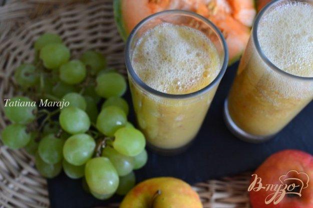 фото рецепта: Смузи с дыней, виноградом и яблоком