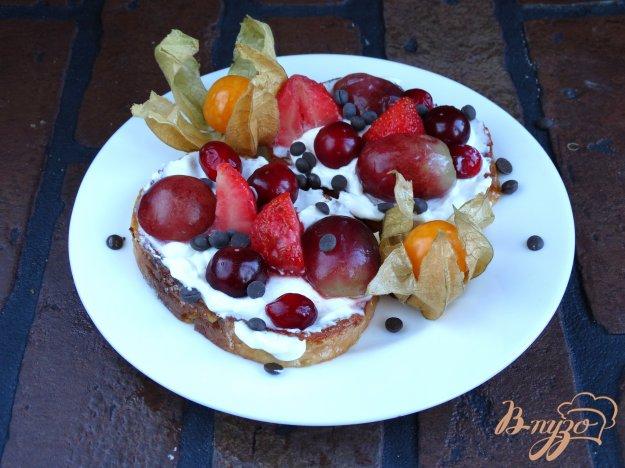фото рецепта: Сладкие гренки со сливочным сыром и ягодами