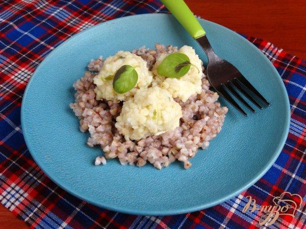 фото рецепта: Рыбные кнели с кус-кусом и зеленым луком