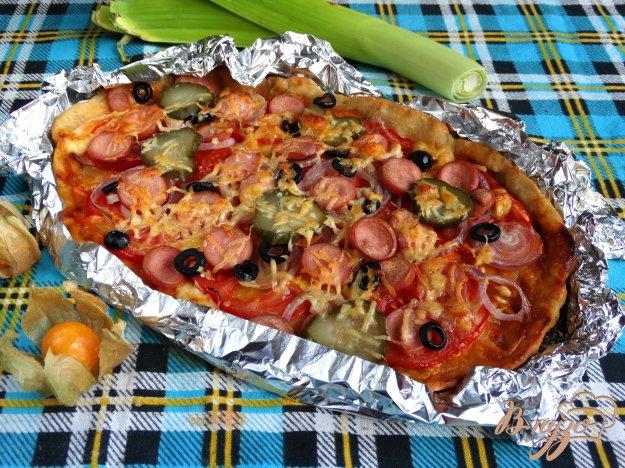 фото рецепта: Пицца с сосисками маслинами и солеными огурцами