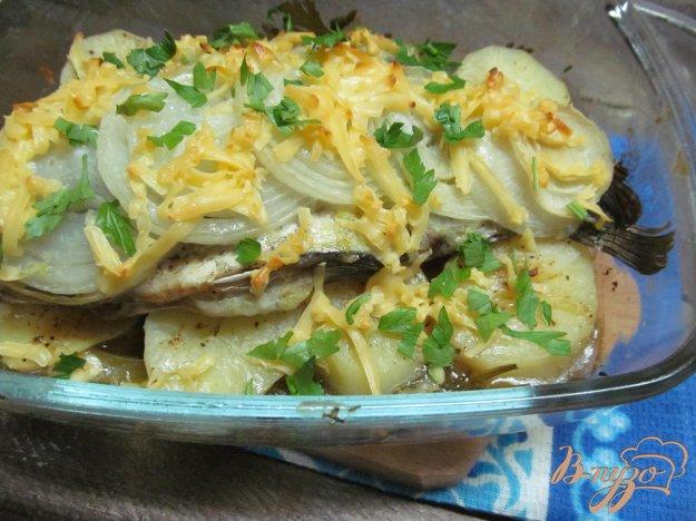фото рецепта: Карась запеченный на сельдерее и картофеле