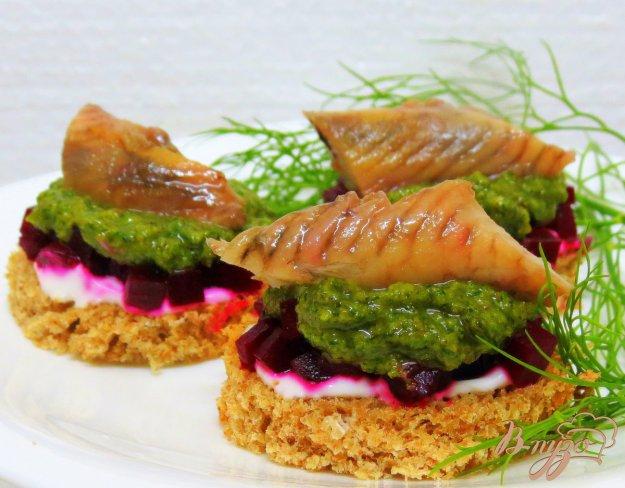 фото рецепта: Бутерброды из сельди и свеклы