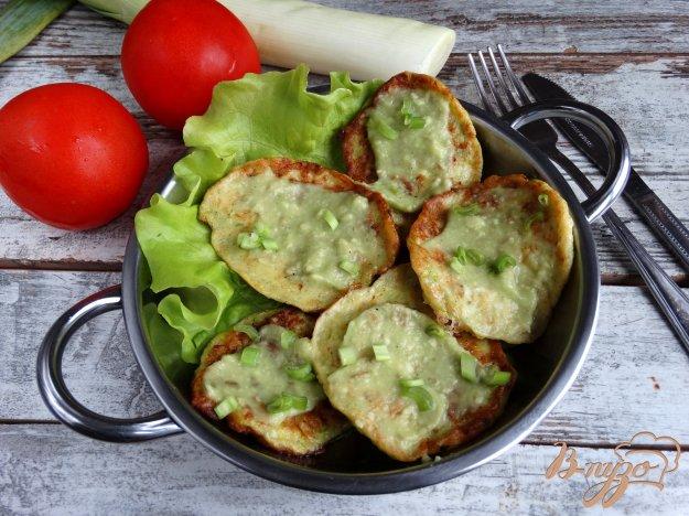 фото рецепта: Кабачковые оладьи с соусом из авокадо