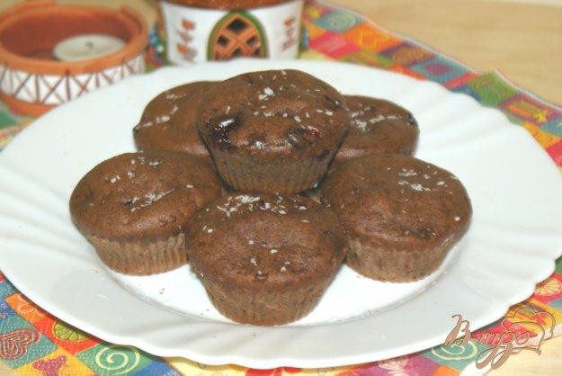 фото рецепта: Шоколадные маффины с ягодами черной смородины