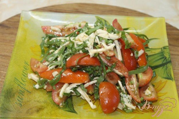 фото рецепта: Салат с помидорами и щавелем под сыром